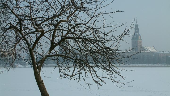 Загадочный рисунок на льду: На замёрзшей реке в Приамурье появилась гигантская новогодняя открытка