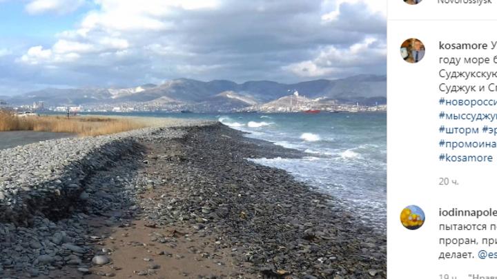 С каждым днем полоска для прохода к пляжу все уже: Суджукская Коса в Новороссийске размывается морем