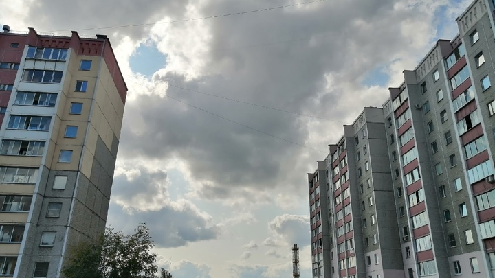 В Челябинске девушка выпала из окна многоэтажного домана Университетской набережной