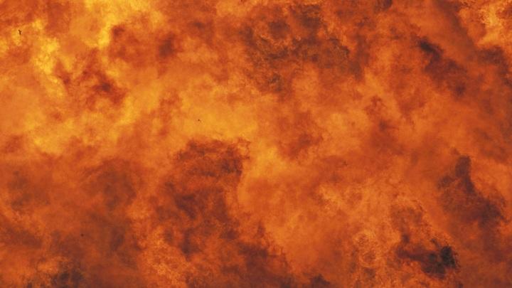 Мощный пожар на заводе в Уфе, прохожие даже не сбавили шага - кадры с места