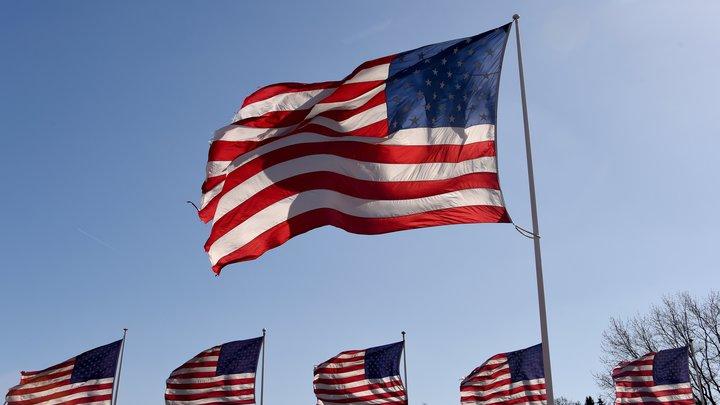 CNN сравнило жизнь в США и России, перепутав цвета флага РФ