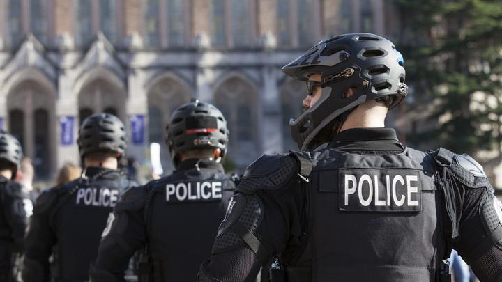 По голове на велосипеде: Опубликовано видео жёсткого подавления беспорядков в США