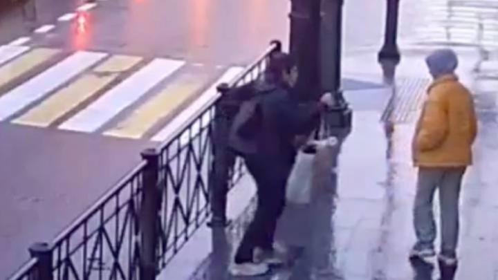 В Петербурге неадекватный прохожий без причин пырнул ножом девятиклассницу