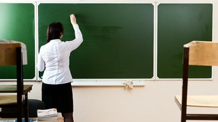 Таскала за волосы, била по лицу: В Красноярске разъяренную учительницу успокаивали всем классом