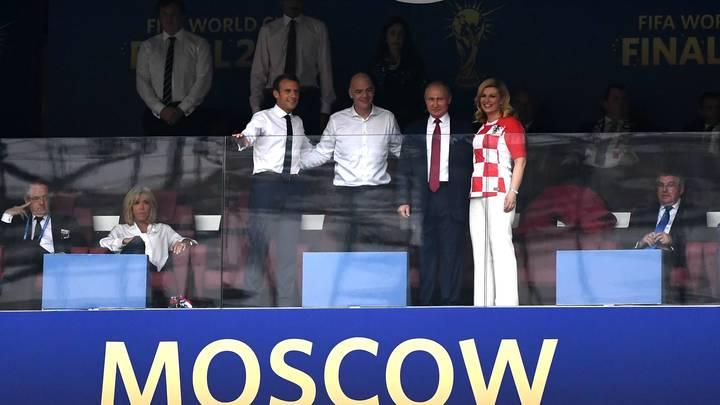 Макрон обезумел и запрыгнул на стол в VIP-ложе «Лужников»