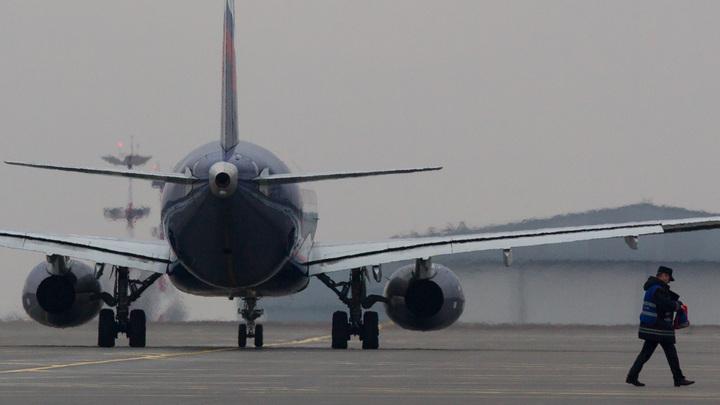 В авиакомпании Азимут объяснили причины задержки вылетов самолетов SSJ-100