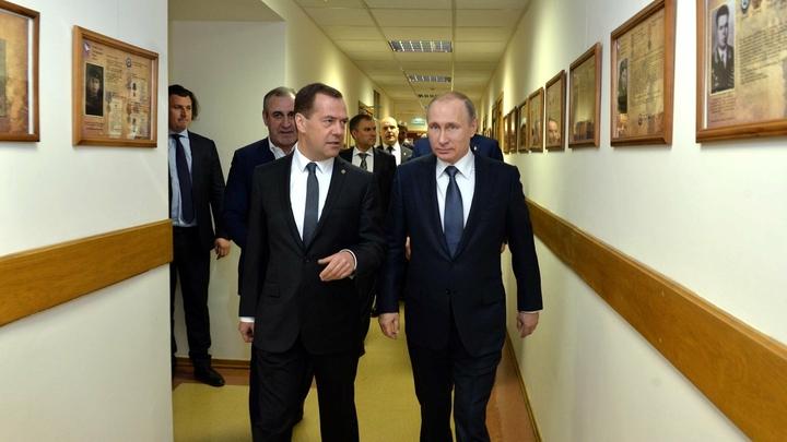 Опрос: Путиным третий месяц довольны 83%, Медведевым недовольны 52%