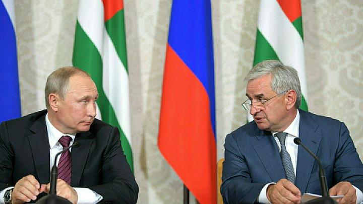 Быть как Путин: Хаджимба надел галстук, как у лидера России - фото