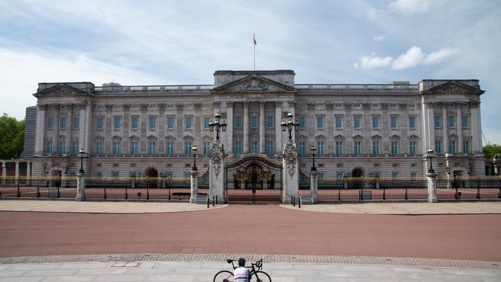 Идеальное средство для утоления жажды: Букингемский дворец выпустил королевский джин