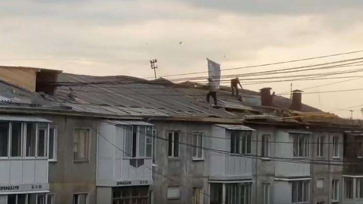 Штормовой ветер повалил деревья и разметал крышу в Кемерове