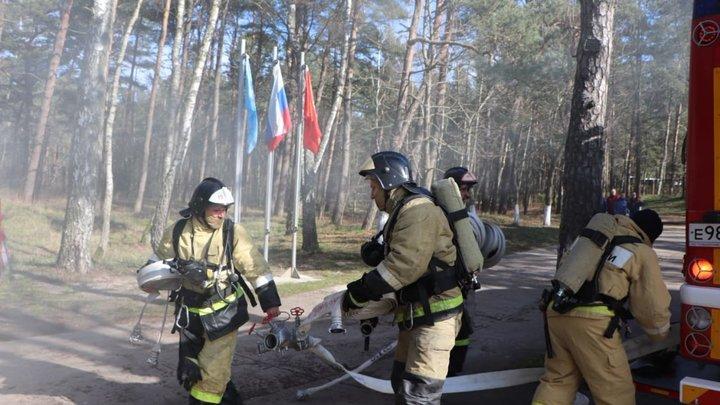 Семья из Новосибирска спаслась при пожаре на алтайской турбазе, выпрыгнув с третьего этажа