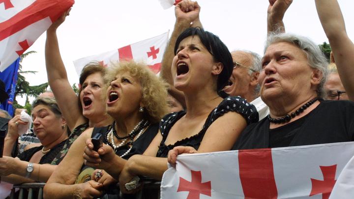 Страсти накалились: В Тбилиси несколько тысяч человек вышли на митинг с требованием отставки парламента