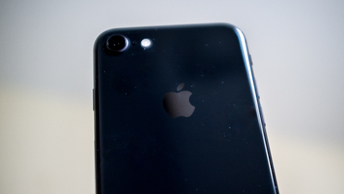 Apple бросила кость всем недовольным искусственным замедлением старых iPhone