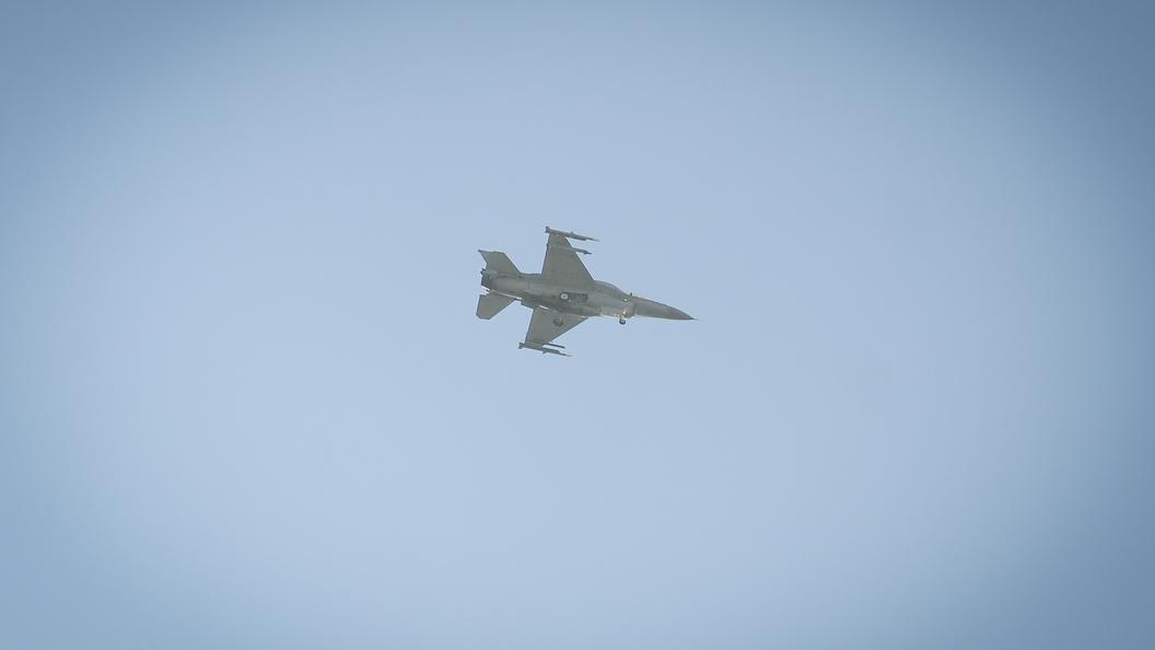 Истребитель F-16 рухнул возле военной базы в США