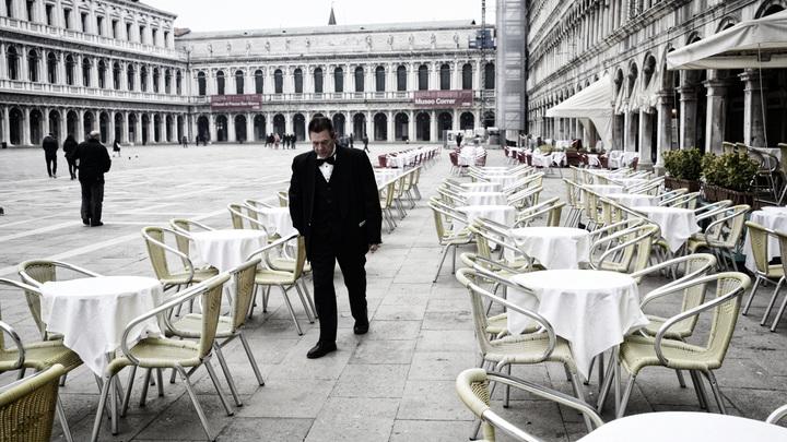 24 часа взаперти с трупом: Сестра итальянского актёра умерла от коронавируса. Врачи не приехали