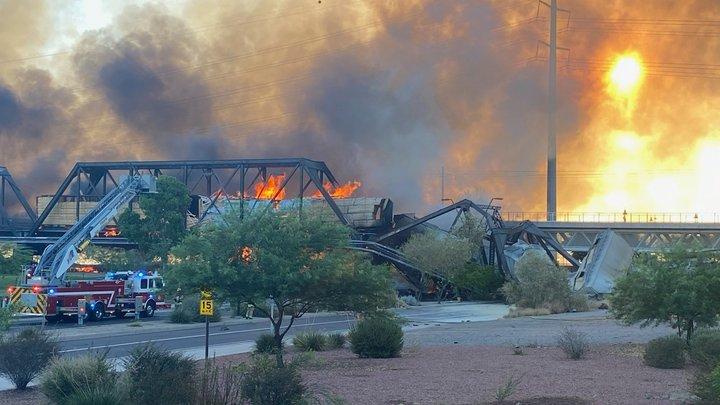 Похоже на сцену из ада: В США рухнул мост из-за крушения поезда и пожара