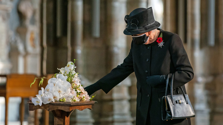 Королева Елизавета II своим COVID-шагом удивила и Москву, и Лондон: Если уж до такого дошло