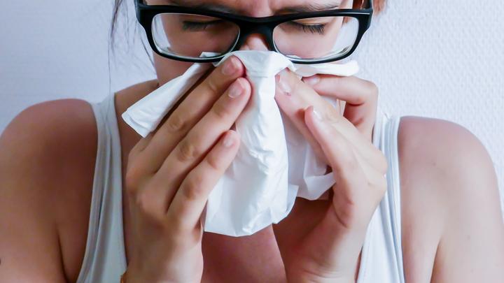Будьте здоровы: Роспотребнадзор объяснил, что делать, если на вас чихнули