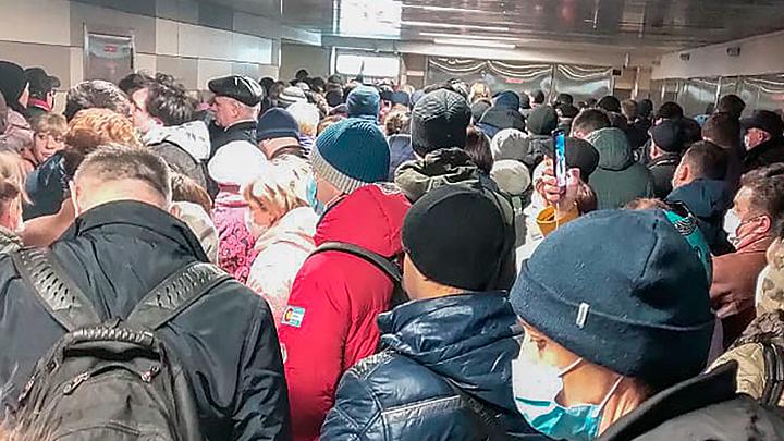 День массового заражения? К чему приведут огромные очереди в метро
