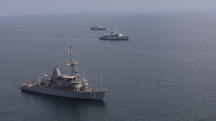 Радушная встреча для американцев: Русские корабли заставили сбежать эсминец США