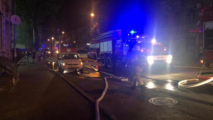 В центре Ростова горит многоквартирный дом: Жильцы эвакуированы, есть пострадавшие – фото, видео