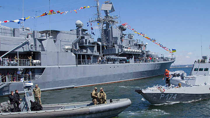 «Дать отпор Москве»: Украина пугает новым проходом кораблей по Керченскому проливу