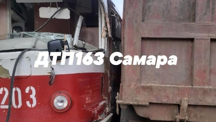 В Самаре на Заводском шоссе лобовое столкновение КАМАЗа и трамвая: видео очевидца