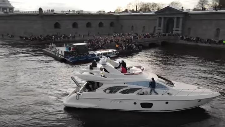 Тиктокер Егор Шип выступил на яхте и собрал 600 школьниц у стен Петропавловской крепости