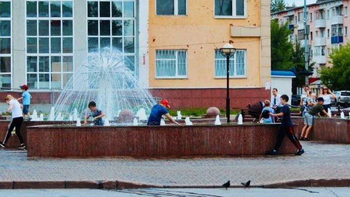 Мэр кузбасского города запрещает горожанам купаться в фонтане