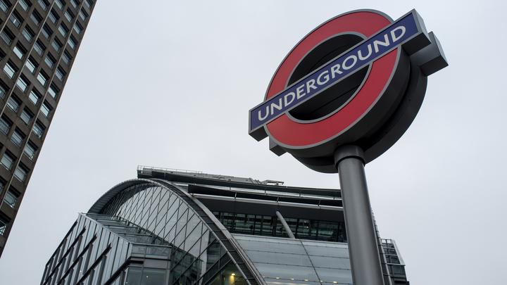 Пассажиры бегут со станции метро в Лондоне из-за стрельбы, есть пострадавший