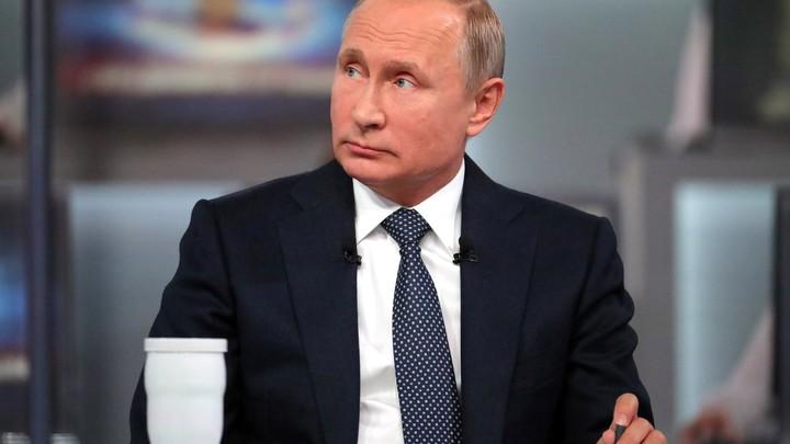 Путин на катере обошел парадную линию боевых кораблей в Петербурге