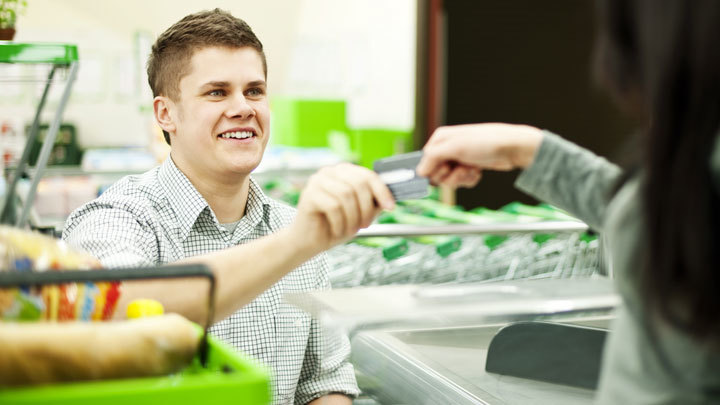 За мясом и деньгами: Снять наличные можно будет в магазинах по всей России