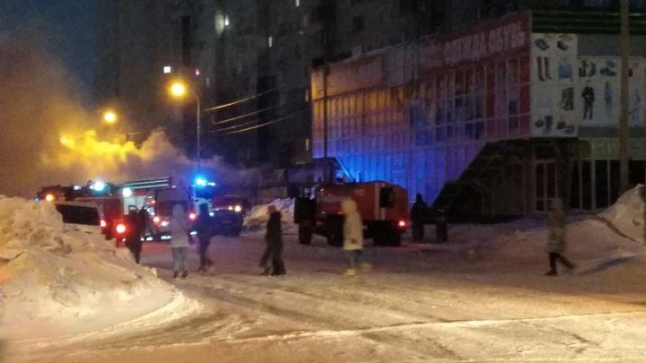 Транспортный коллапс и сгоревшие павильоны: Кадры с пожара на улице Высоцкого