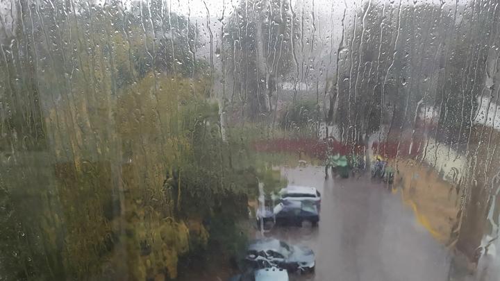 На Сочи обрушилась непогода. Ливень подтопил улицы и разнёс мусор
