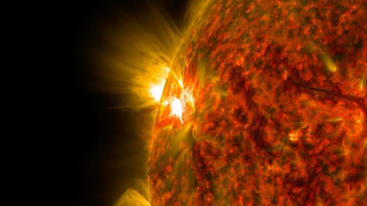 Ученый: новая вспышка произошла за краем Солнца и не опасна для Земли