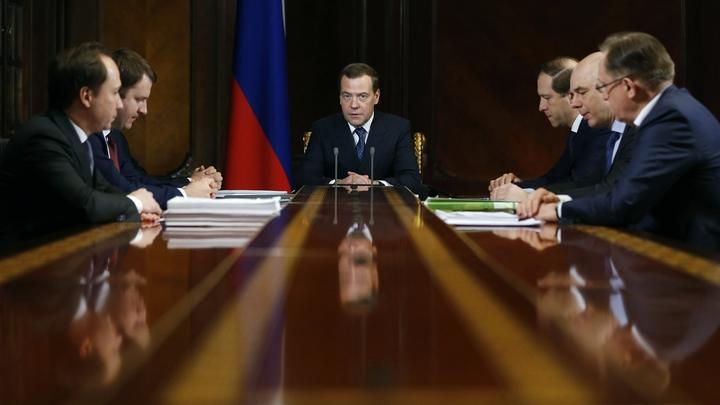 Коррупционеров в один список: Медведев утвердил реестр утративших доверие чиновников