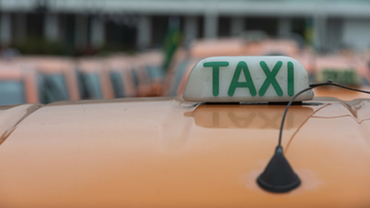 Ударил по голове и выкинул из машины вместе с двухлетним ребенком: В Новосибирске таксиста взбесил простой вопрос пассажирки