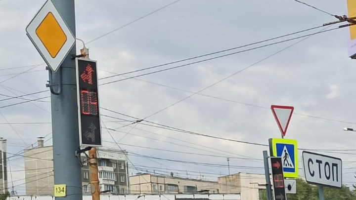 В Челябинске светофор на улице Братьев Кашириных обманывает водителей