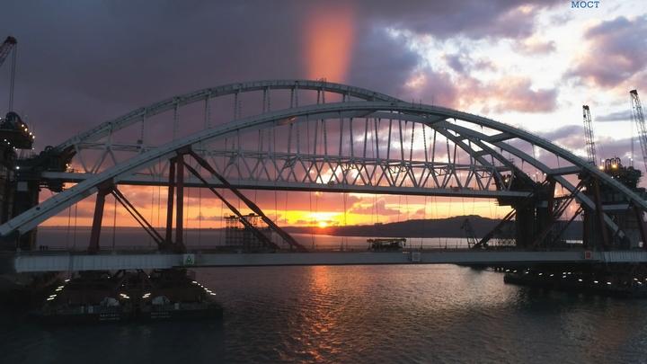 Сорвиголова забрался на верхушку арки Крымского моста - видео