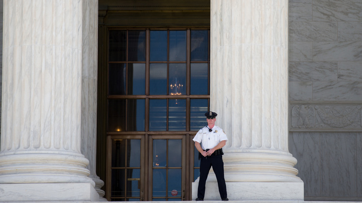 Неуправляемая машина врезалась в авто полиции у здания Конгресса США
