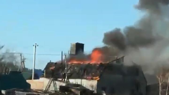 Под Читой пожарные тушат масштабный пожар в двухэтажном доме