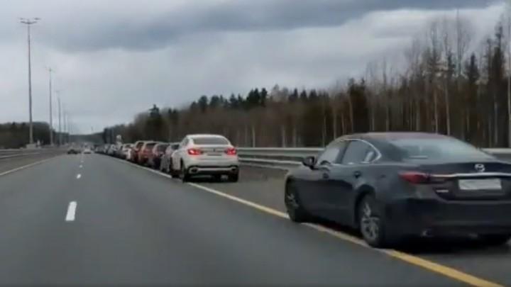 На М-11 в сторону Санкт-Петербурга автомобилисты встали в гигантскую пробку из-за очереди к заправке