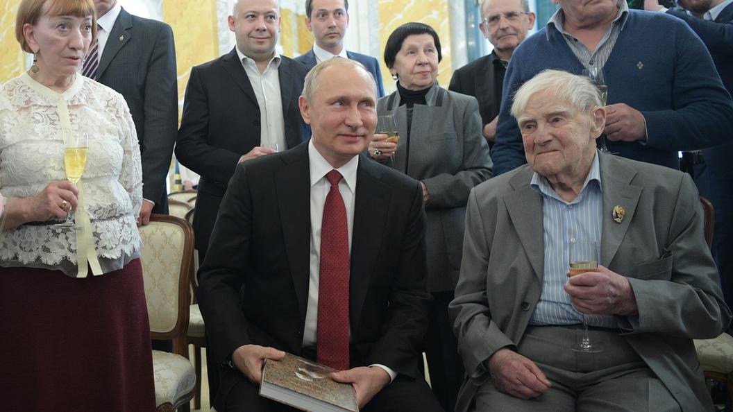 Президент лично вручил Госпремию писателю Даниилу Гранину