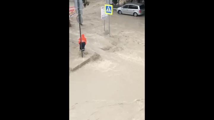 В Сочи шторм разрушил часть набережной