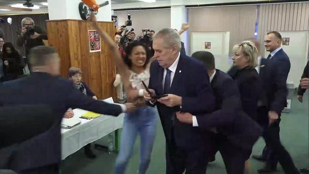 Хулиганка из Femen пыталась испугать голой грудью голосующего президента Чехии