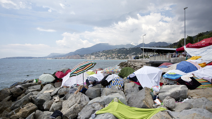 «Соблазнились на all inclusive»: Нелегальные мигранты причалили к испанскому курорту на резиновой лодке