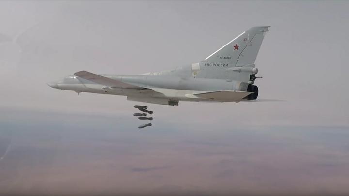 Бомбардировщики атаковали позиции ИГИЛ под прикрытием Су-30СМ и Су-35С - видео