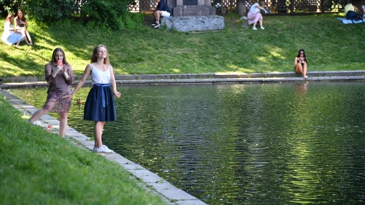 Спасали спасателя: в пруду самарского парка чуть не утонули мужчина и девочка