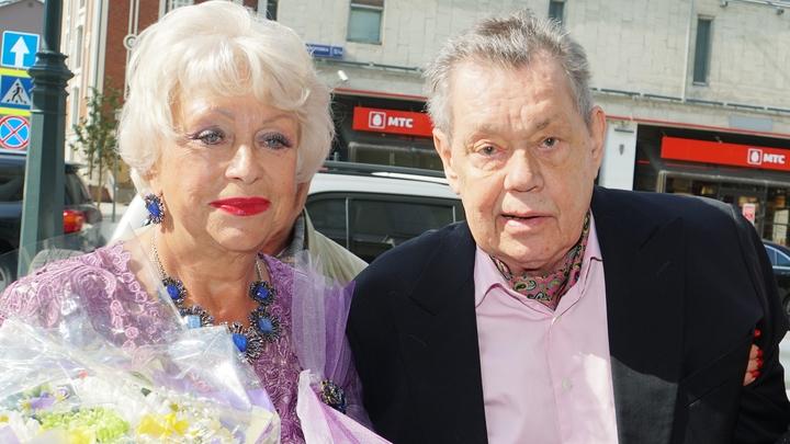Меня обзывают проституткой: Кричавшая ура на поминках Караченцова вдова ополчилась на Ленком из-за отказа помянуть мужа