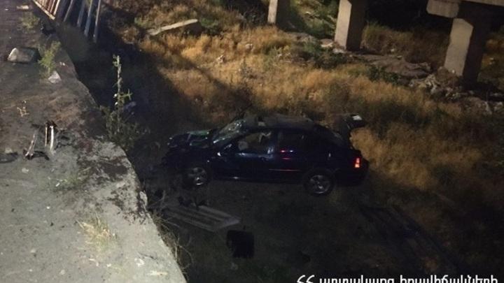 Машина слетела в канал под Ереваном